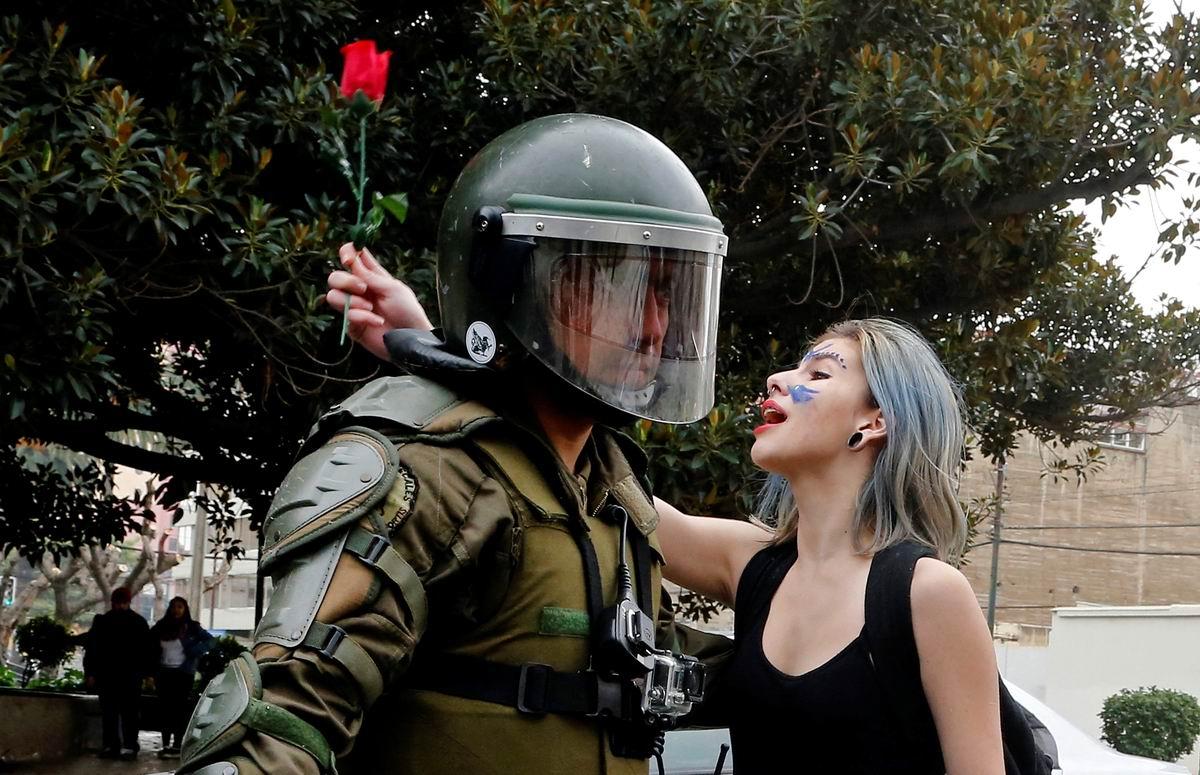 Ну посмотри ж ты на меня!: Признание в любви чилийскому полицейскому от протестующей девушки