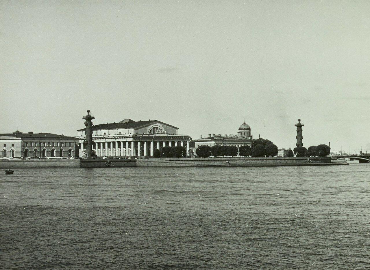 1969. Вид на Ростральные колонны с реки