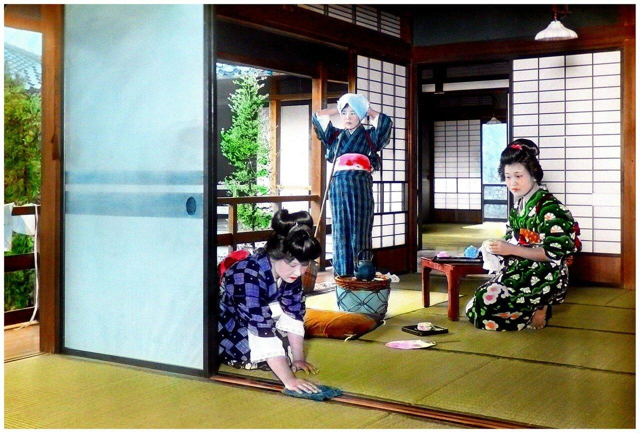 Три гейши прибирают комнату в чайном домике