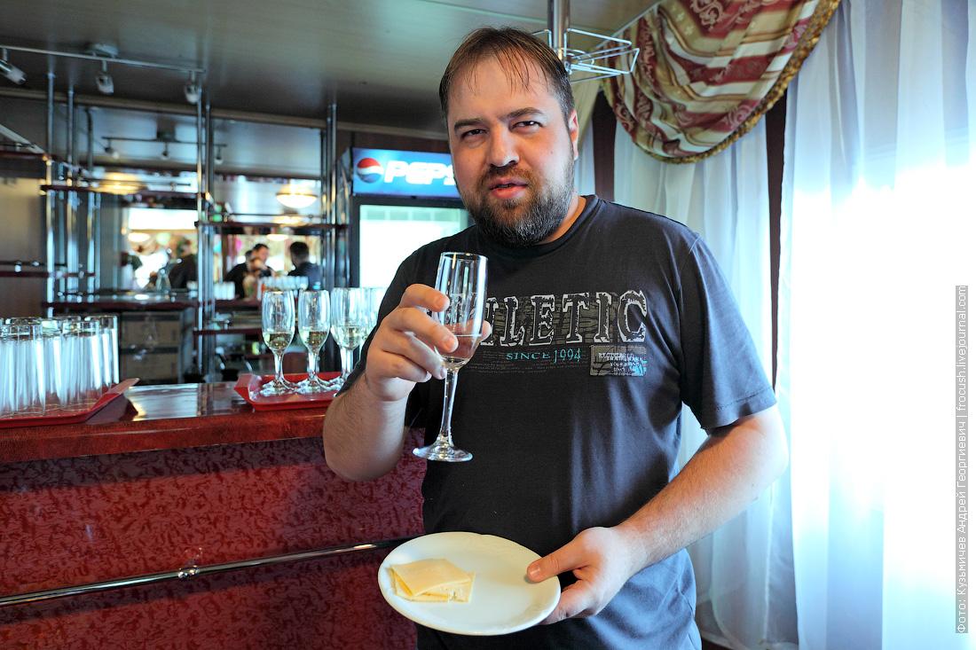 Денис пробует шампанское на завтрак теплоход Александр Бенуа