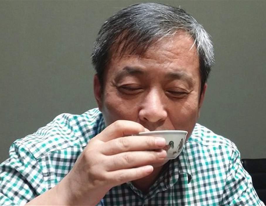 Лиу Икиан пьёт чай из чашки династии Цин (600 лет назад). Он только что уплатил за неё 36,3 млн. дол..jpg