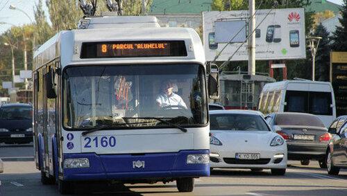В Кишиневе безбилетник прокатился на крыше троллейбуса