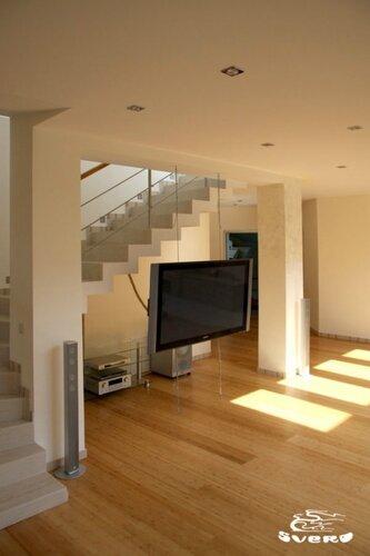 005. холл, телевизор на струнах, лестница с обраткой