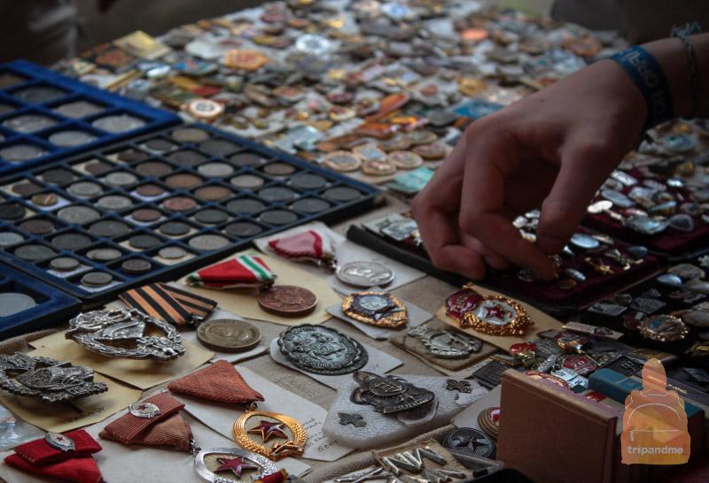 На рынке продается много вещей советского периода Венгрии