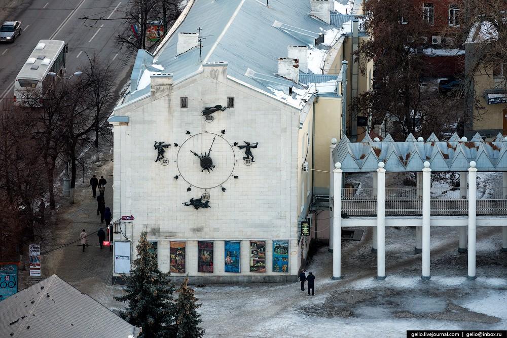 Как и в московском кукольном театре им. Образцова, на фасаде воронежского театра кукол находятся час
