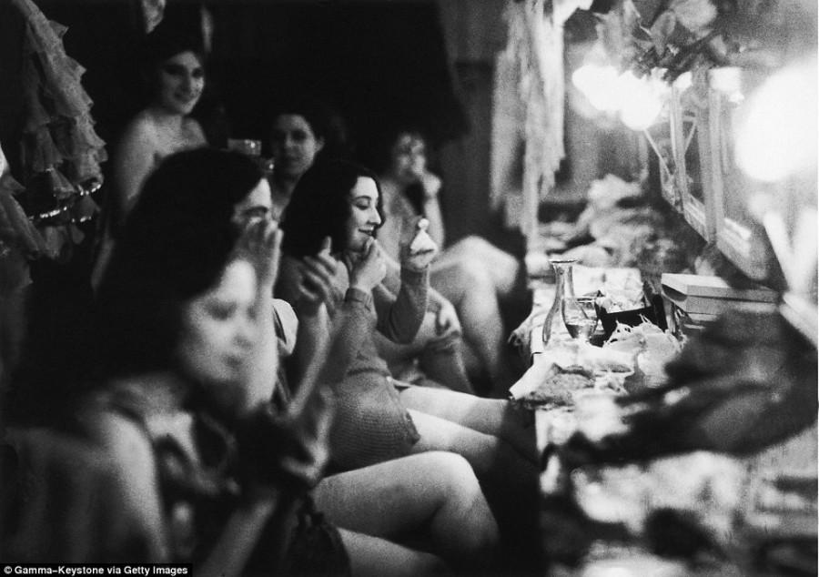 5. Каждая из танцовщиц имела собственную гримерку, но нередко девушки собирались вместе, как на этом