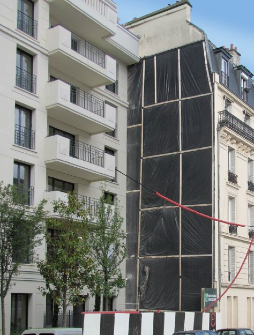Этот художник изменяет скучные здания донеузнаваемости
