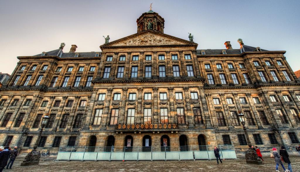 Нидерланды. Амстердам. Королевский дворец является одним из трёх дворцов короля Виллема-Александ