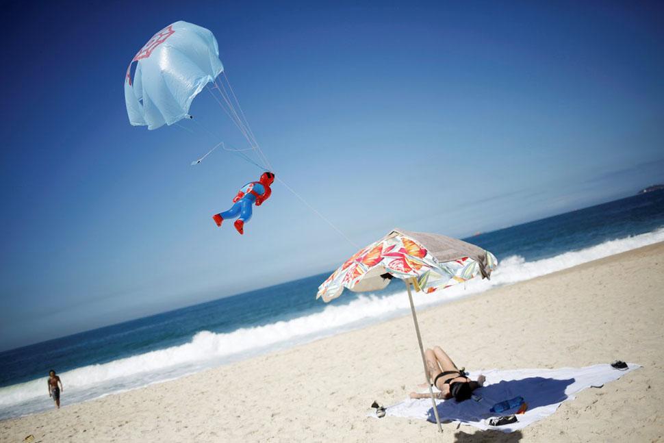 К северу от Ипанемы находится другой популярный пляж Рио-де-Жанейро — Копакабана.