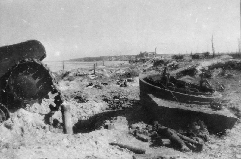 КВ и останки погибшего солдата на Невском пятачке. 27.04.42.jpg