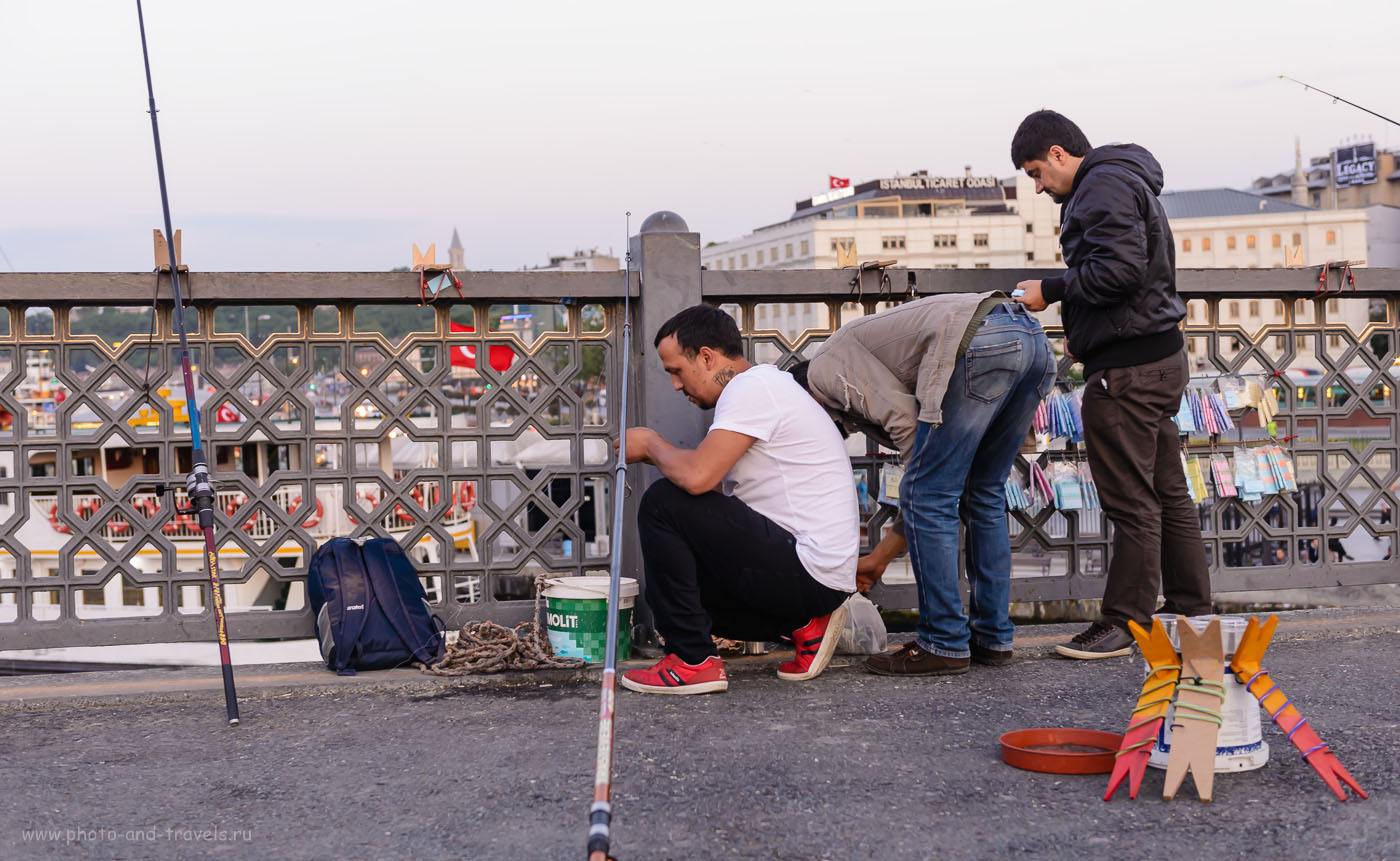 Фото 14. Один мой знакомый дедуля поехал в Стамбул, пришел на Галатский мост и попросил у местных рыбаков удочку порыбачить. Выловленную рыбку сдал в ресторан на нижнем уровне, где ее сразу и приготовили. Отзывы об отдыхе в Турции. 1/60, 4.0, 400, 48.