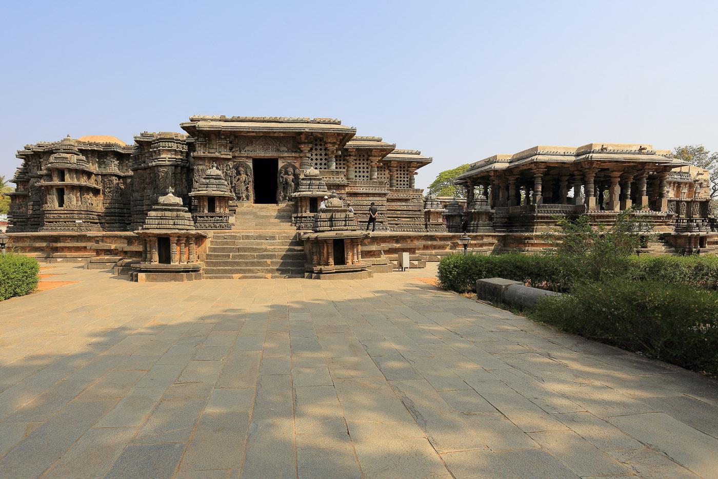 Фото № 9. Храм Хойсалешвара в Халебиде. Южный фасад. Отчеты туристов из России о поездке в Карнатаку в Индии. 1/60, 0 eV, f 9, 17 mm, ISO 100.