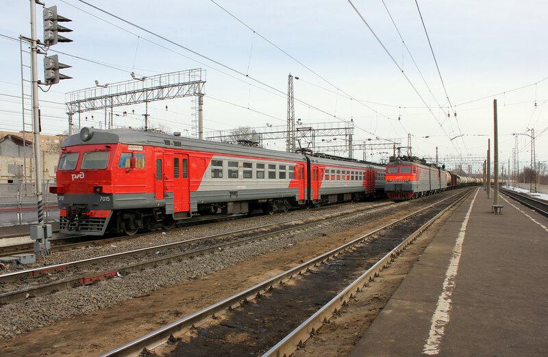 ЭР2Р-7015 и ВЛ11М-306 на станции Орехово-зуево у низких платформ БМО