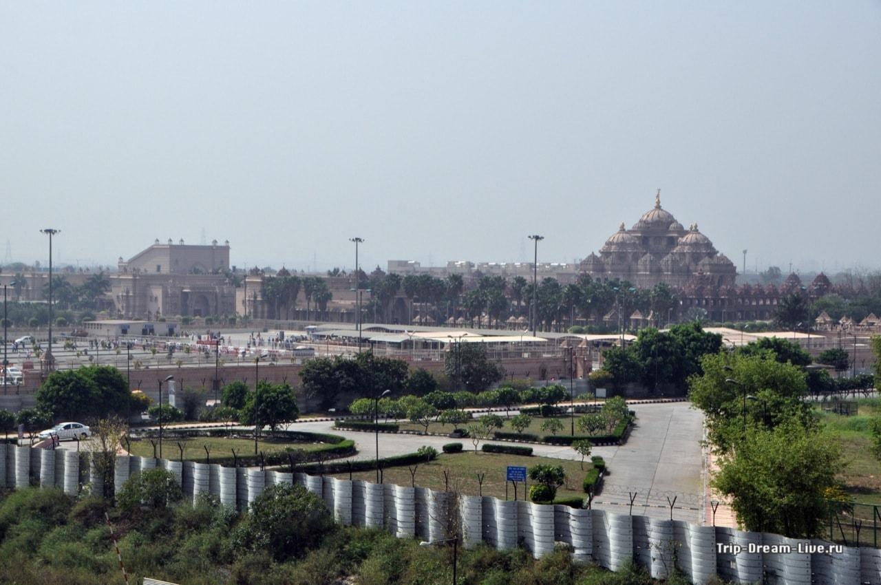 Вид на Акшардхам со станции метро