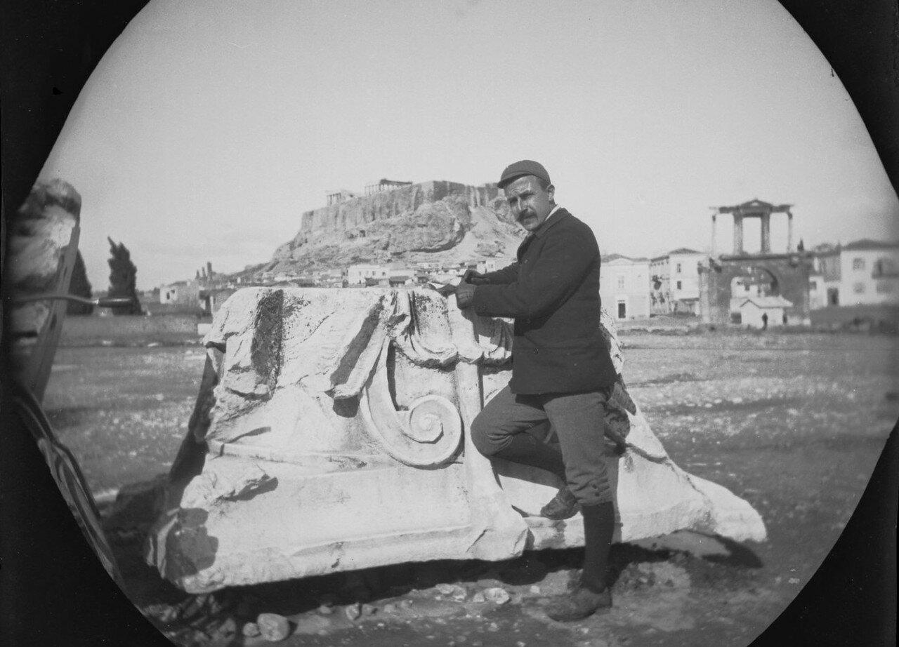 Уильям Захтбелен возле капителя у храма Зевса Олимпийского