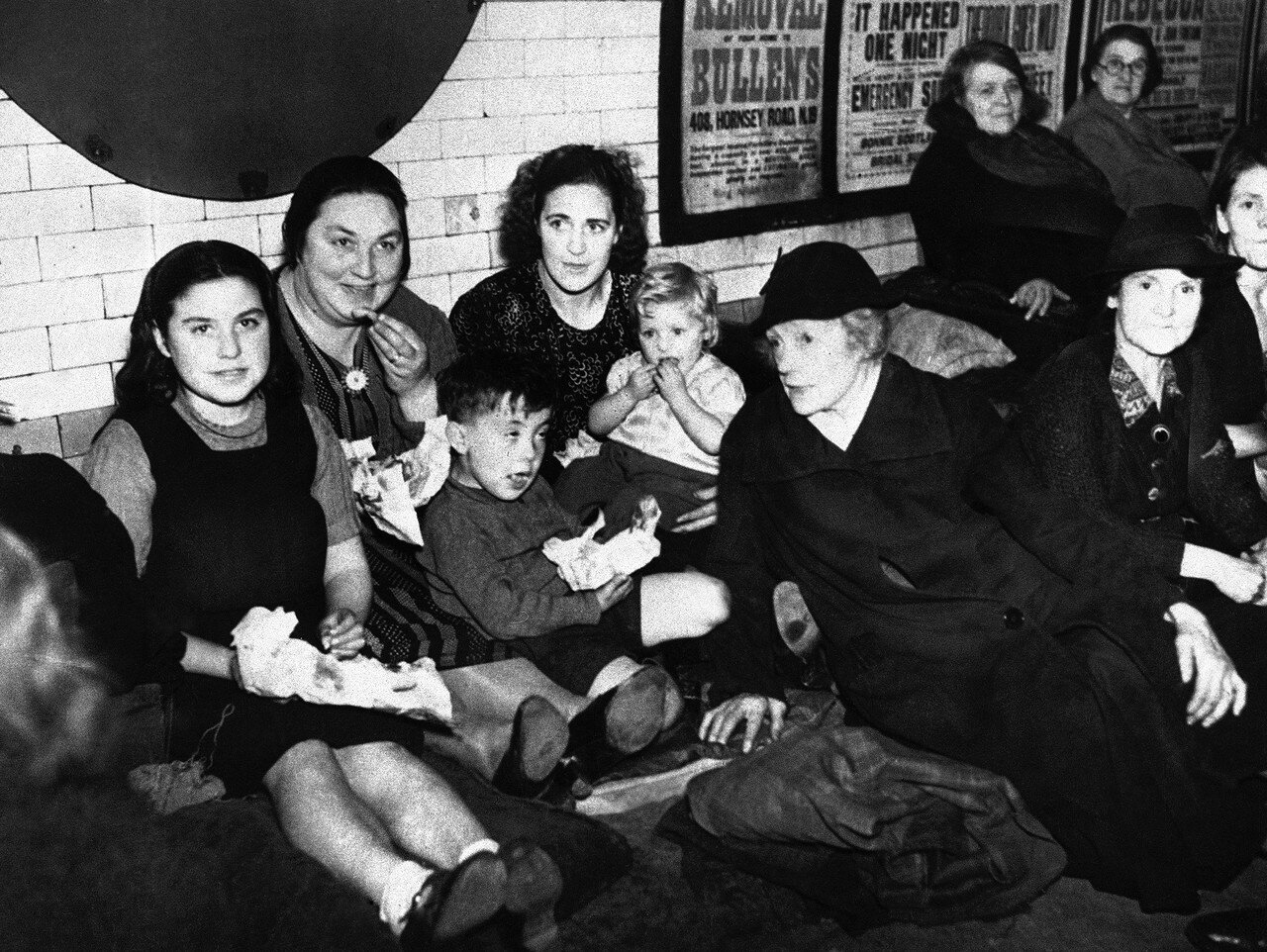 1940. Глубоко под землей тысячи лондонцев каждую ночь пережидают налеты немецкой авиации на столицу. 1 октября