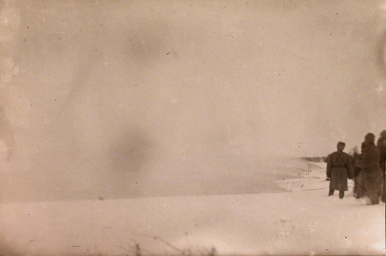 21. Образование газового облака при выпуске газа под давлением в 25-30 атмосфер во время зимних опытов на полигоне