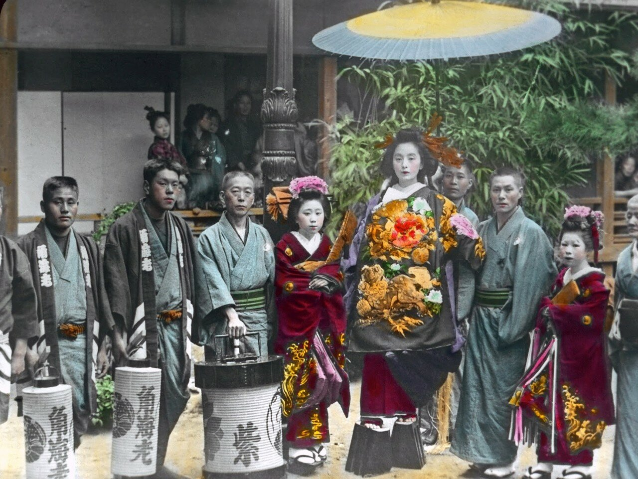 Люди в праздничных одеждах позируют для фотографа. 1910