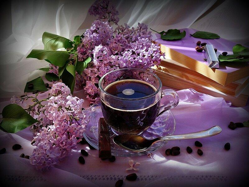 чашка кофе, ветка сирени в океане безбрежном чувств...