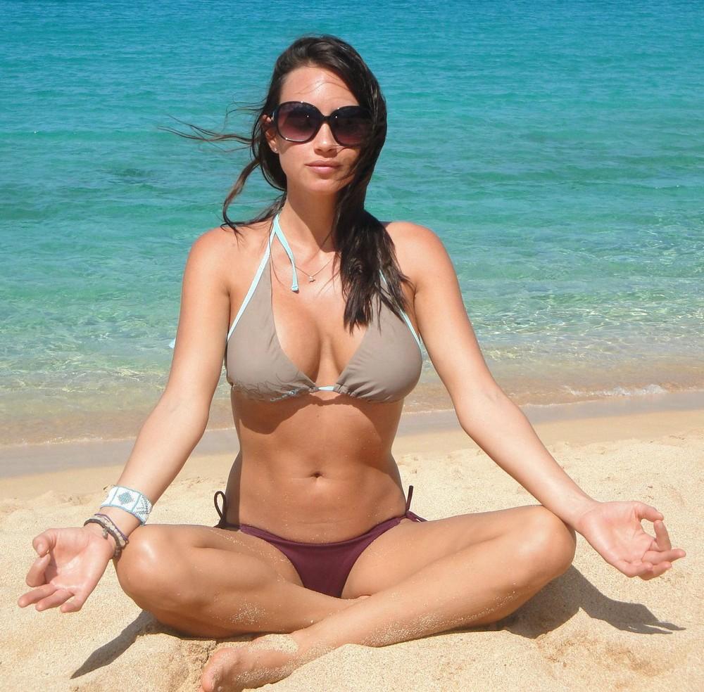 Фото девушек русских в купальниках на пляже фото