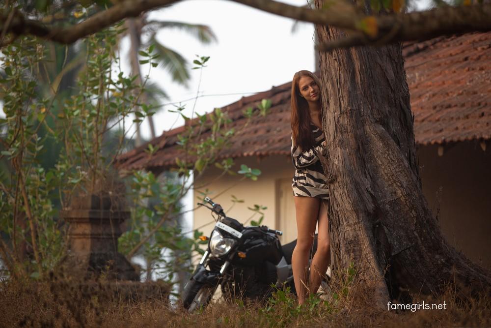 Isabella на мотоцикле в сельской местности