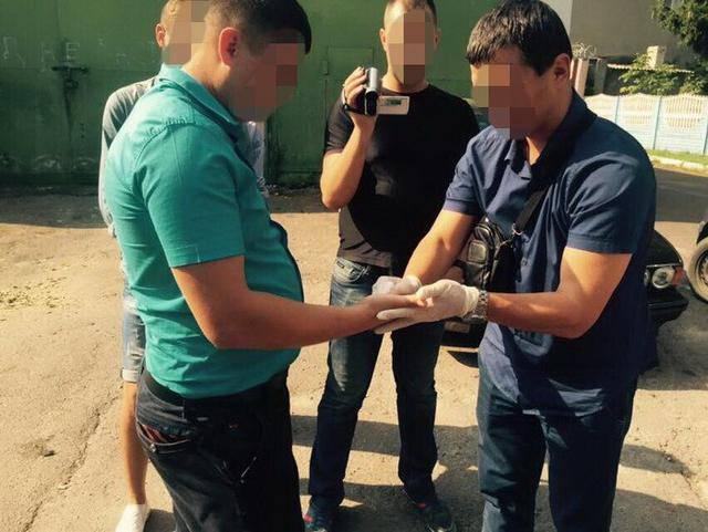 СБУ на Волыни задержала полицейского, систематически вымогавшего взятки за выдачу разрешений на приобретение и регистрацию охотничьего оружия. ФОТОрепортаж