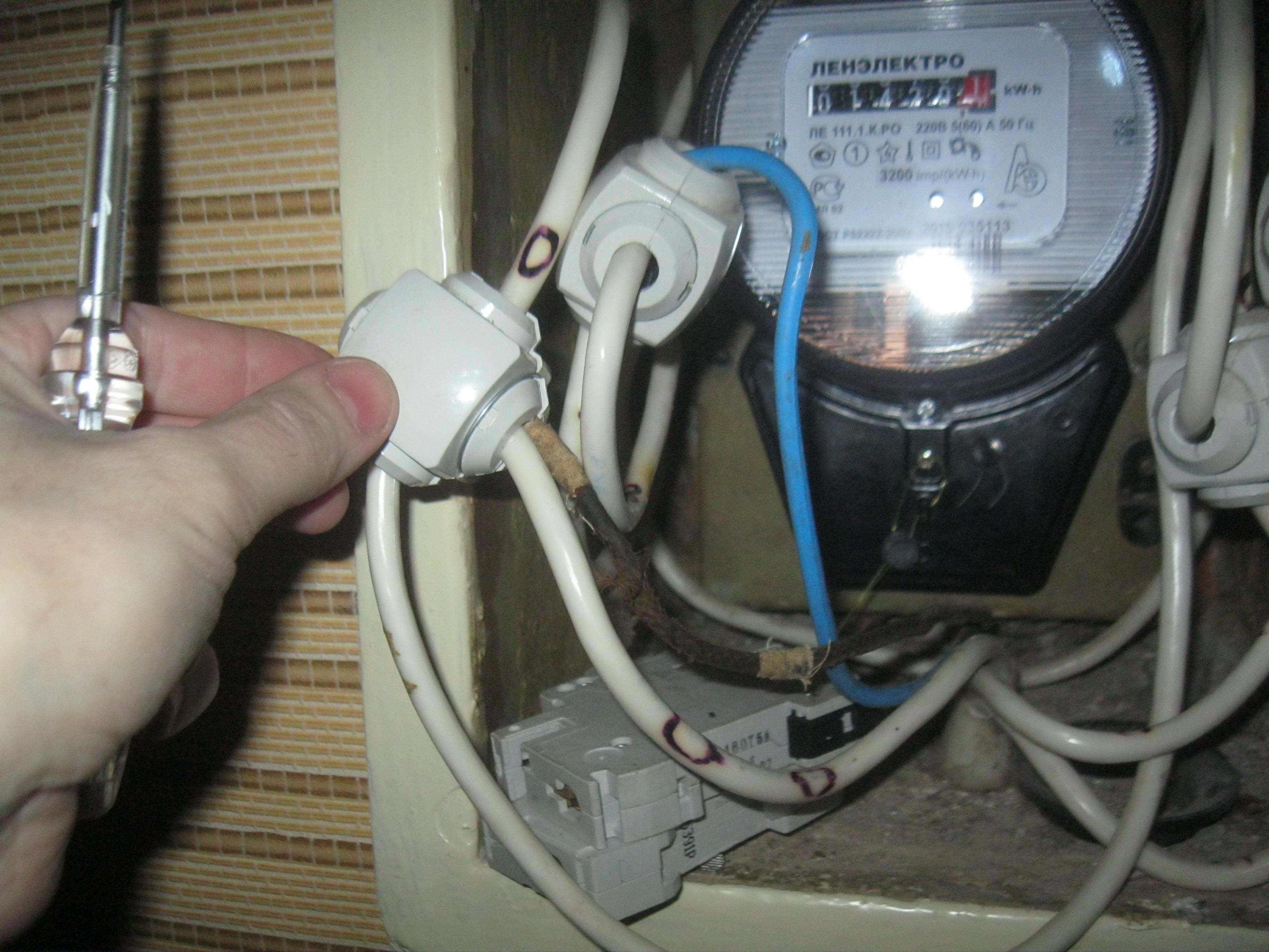 Стрельнинский орешник— очень грубое, некрасивое решение, применённое при замене стояков электроснабжения.