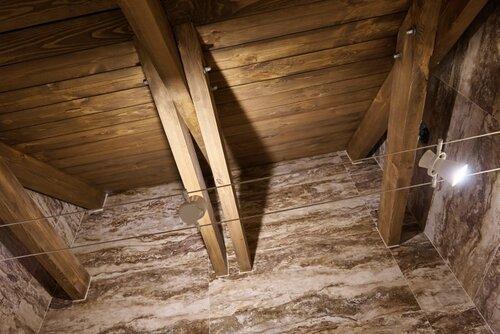 053 душевая, потолок деревянный, струнные светильники