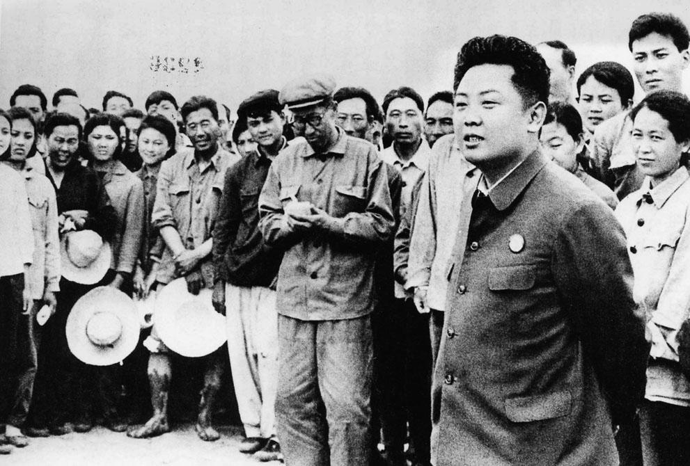 4. Ким Чен Ир общается с крестьянами 21 мая 1971 года. (Korean Central News Agency/Korea News Servic