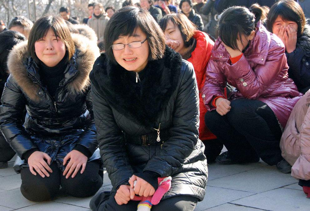 24. Северокорейская молодежь плачет над смертью лидера в Пхеньяне. (Reuters/Kyodo)