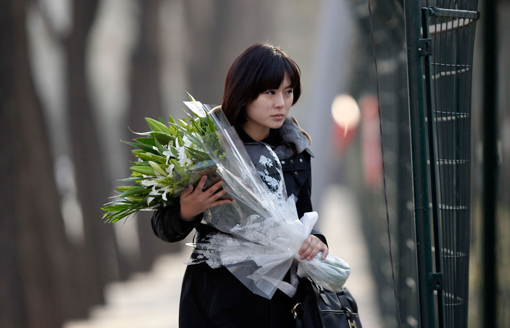 28. Девушка несет цветы к посольству Северной Кореи в Пекине. (Reuters/Jason Lee)
