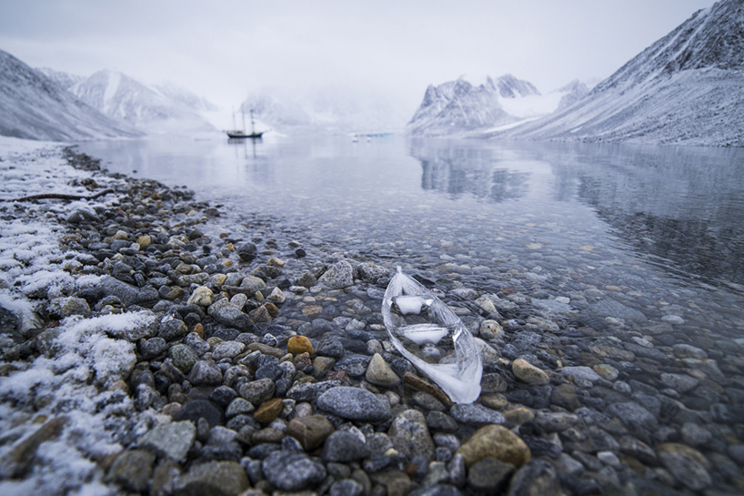 Макет лодки изо льда (5 фото)