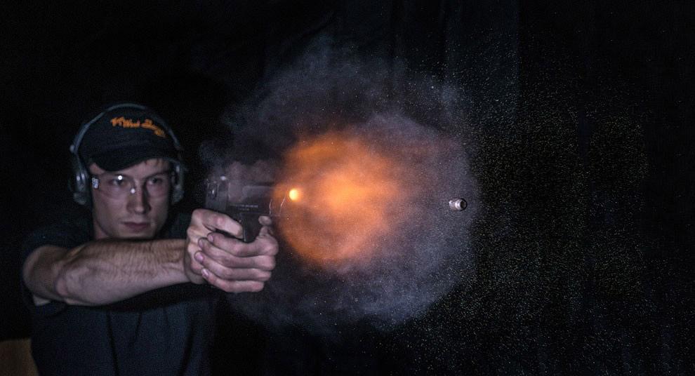 На многих кадрах видна впечатляющая вспышка при выстреле: