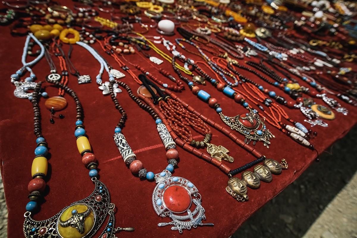 3. На каждом перевале можно купить сувениры и лунгта. Флажки можно развесить, где душа пожелает. Ино