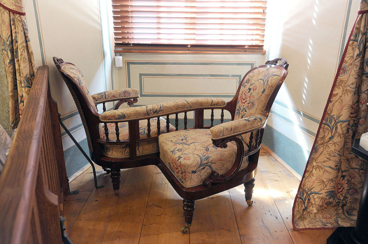 24. А это кресло для престарелых людей сделано так, чтобы собеседники сидели друг против друга и им