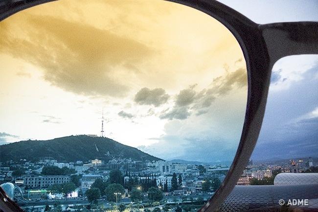 При помощи солнечных очков можно сделать воду прозрачнее, убрать блики ипридать небу красивый цвет.