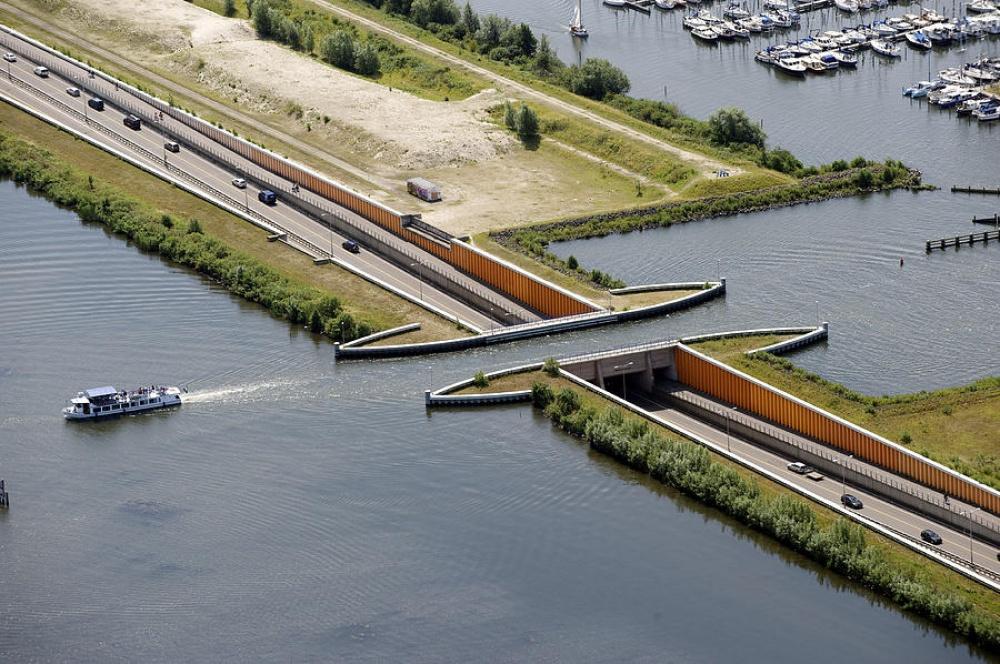 ВГолландии построили водный мост, который ломает все законы физики (2 фото)