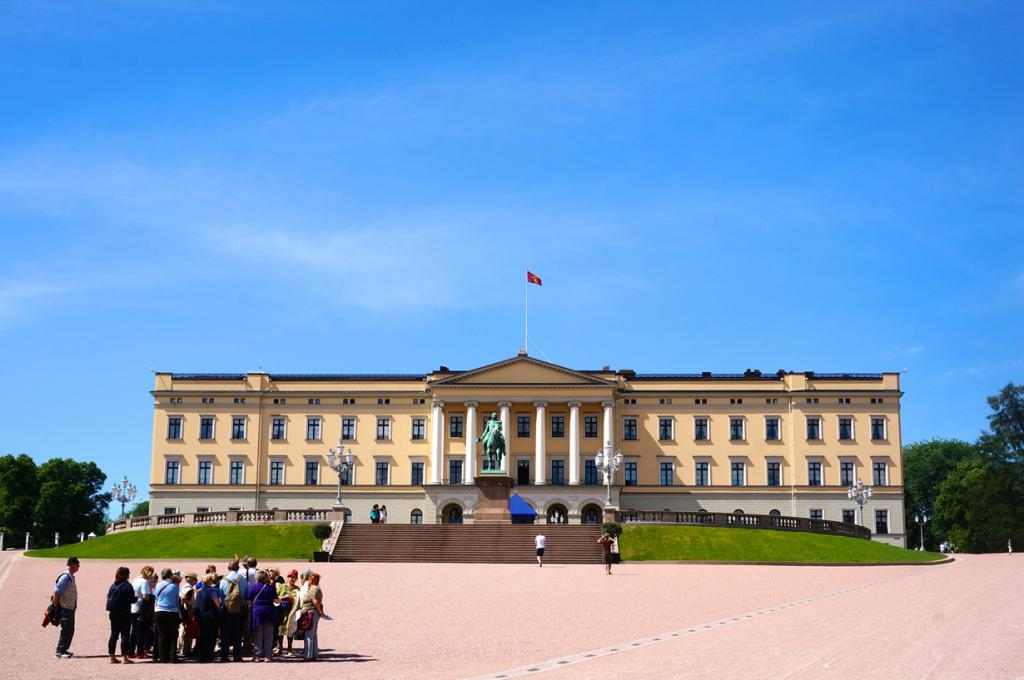 Норвегия. Осло. Королевский дворец является официальной резиденцией Харальда V. (Rebecca) Раштра