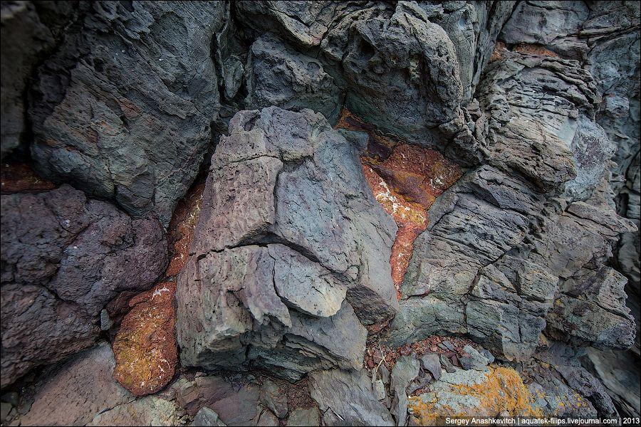 Можно только представить момент, когда жидкая лава, попадая в море, превращалась в камень.