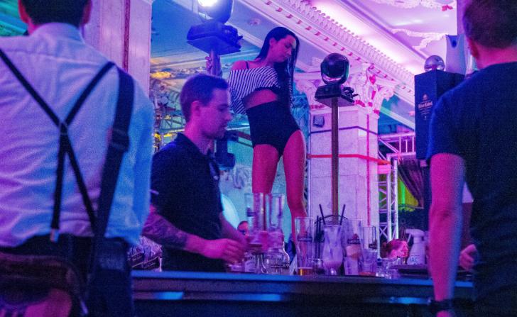 В Риге алкоголь еще дешевле: шот текилы — 4 доллара, ром с колой — 7 долларов, а пиво — всего 3,5 до