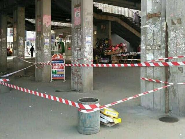 ВКиеве начал рушиться очередной мост: кусок свалился наголову девушке