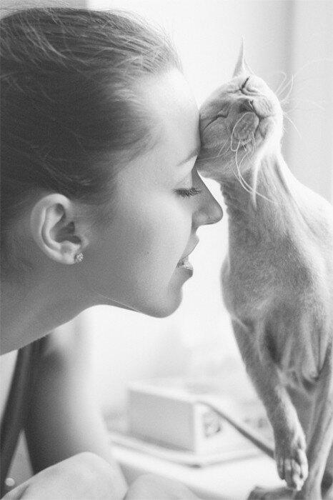 Она и кошка. Автор фотографии: Ольга Новак (Helga Novak).