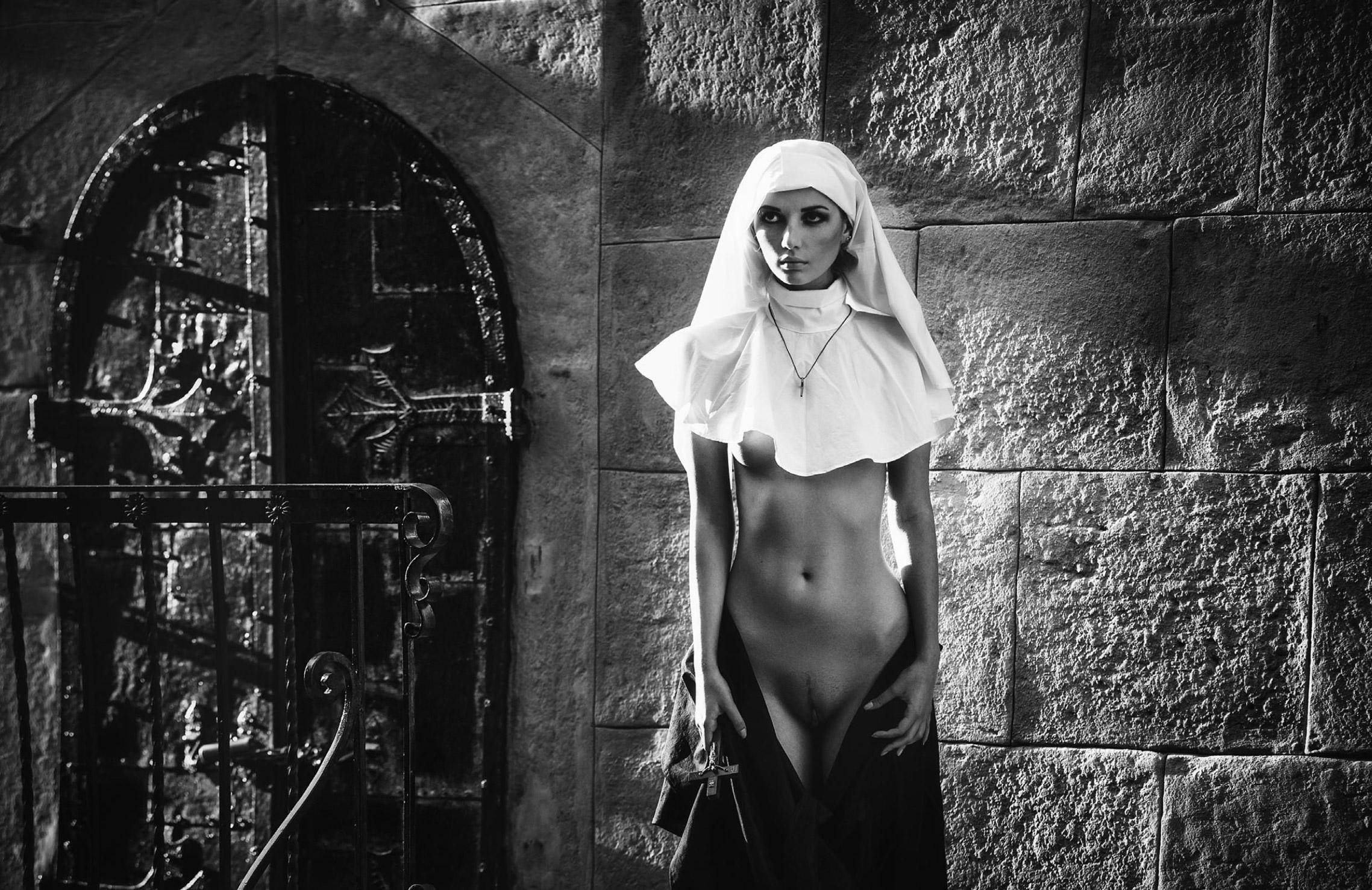 Голышом по улицам Львова - Марина Нельсон (Marina Nelson) на фотографиях Аркадия Курта / Sin City
