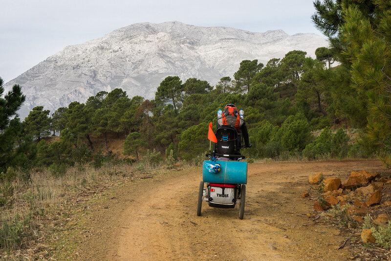на велосипеде в горах Sierra de las Nieves в андалусии, испания