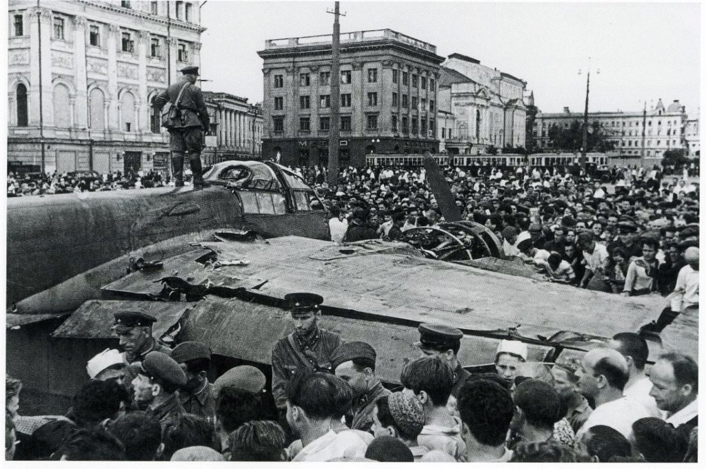 3107 Сбитый фашистский самолёт на площади Свердлова.jpg