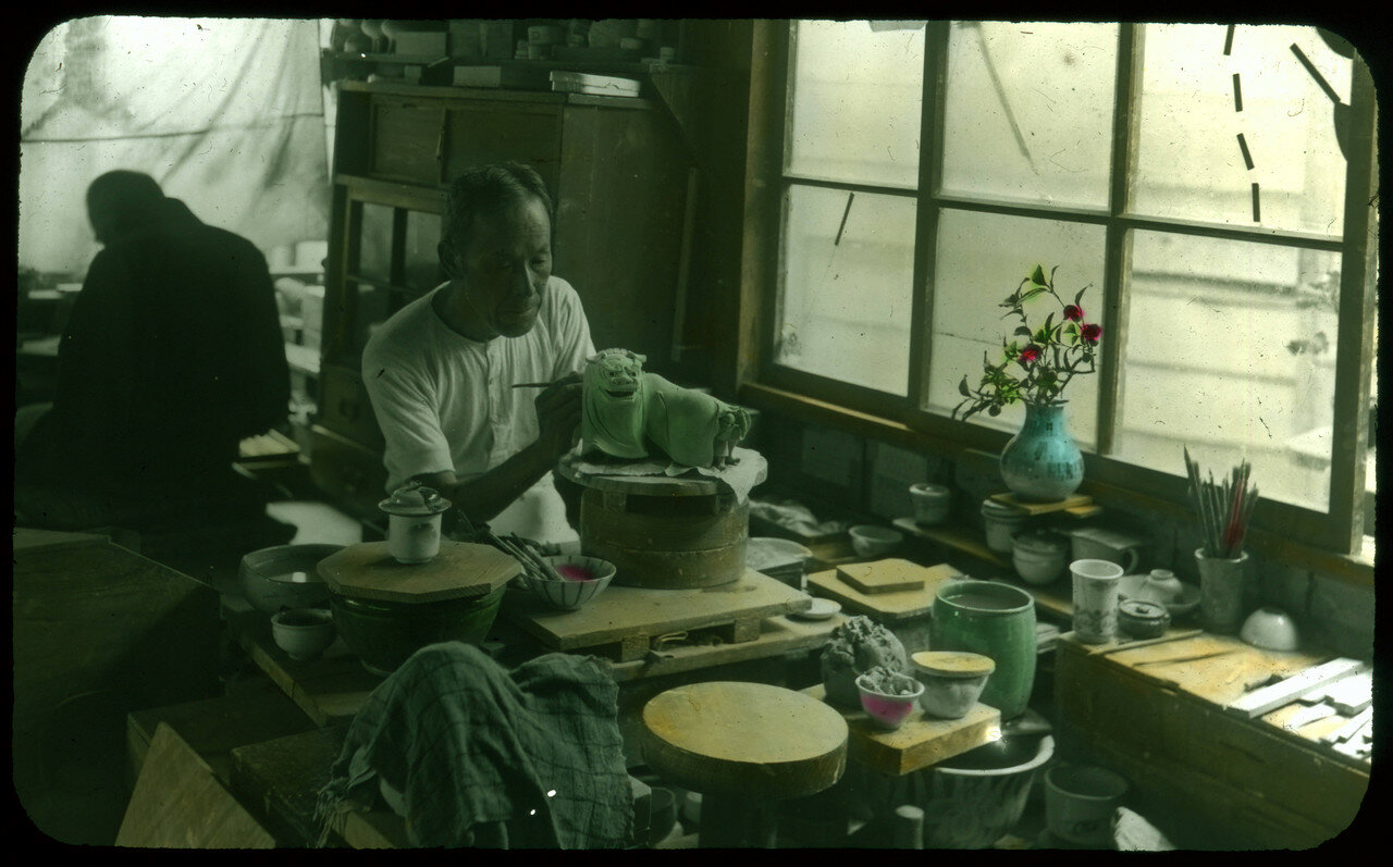 Гончар раскрашивает глинянную статуэтку