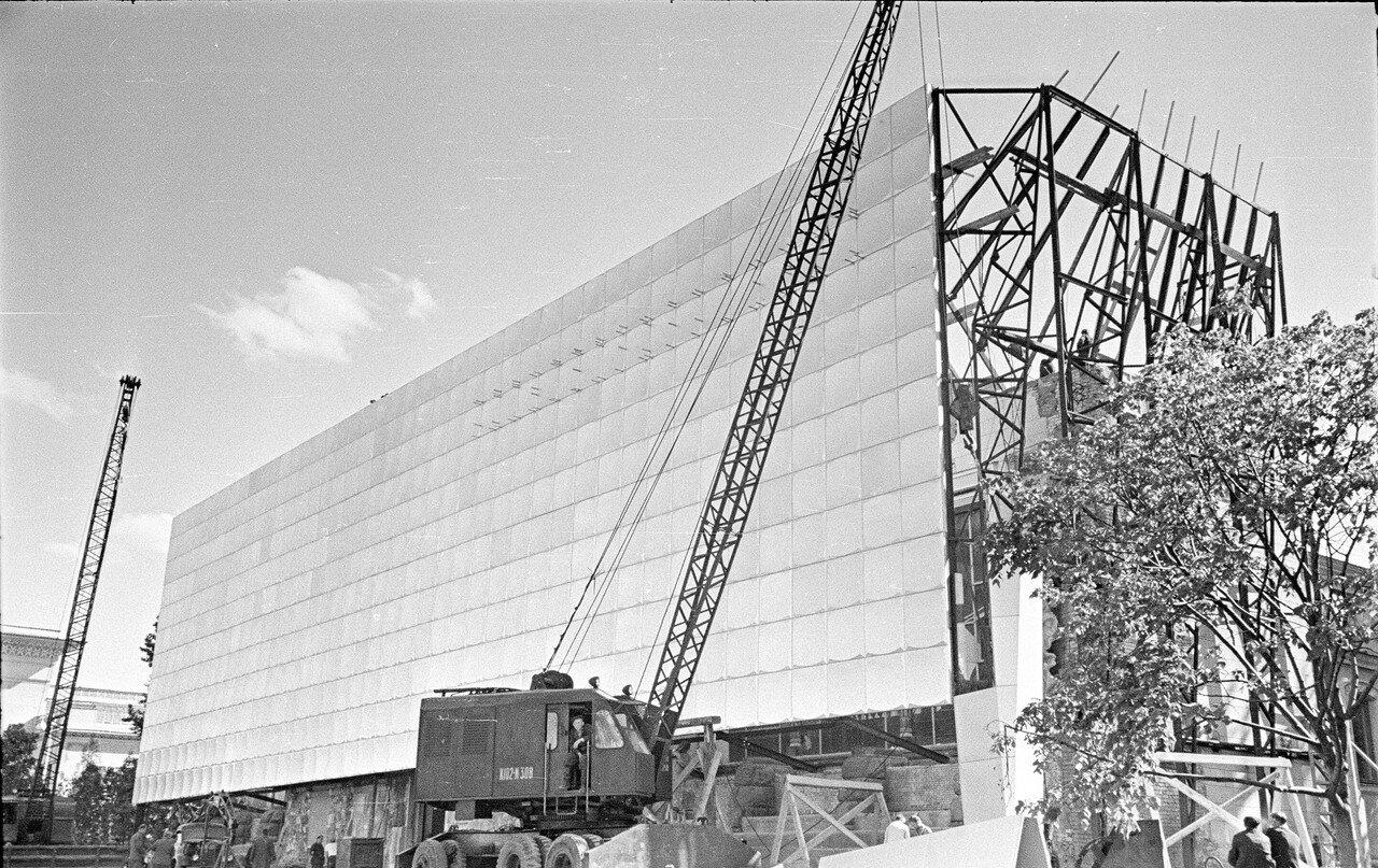 ВСХВ. Монтаж фасада павильона «Радиоэлектроника»