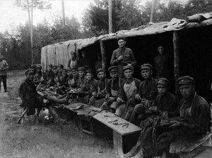 Красноармейцы овладевают мастерством сапожника и шорника. 1930-е.