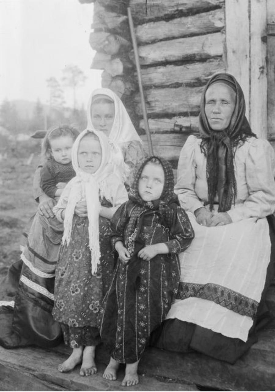 Княжая Губа. Настасья, молодая жена со своими детьми и свекровью Анной