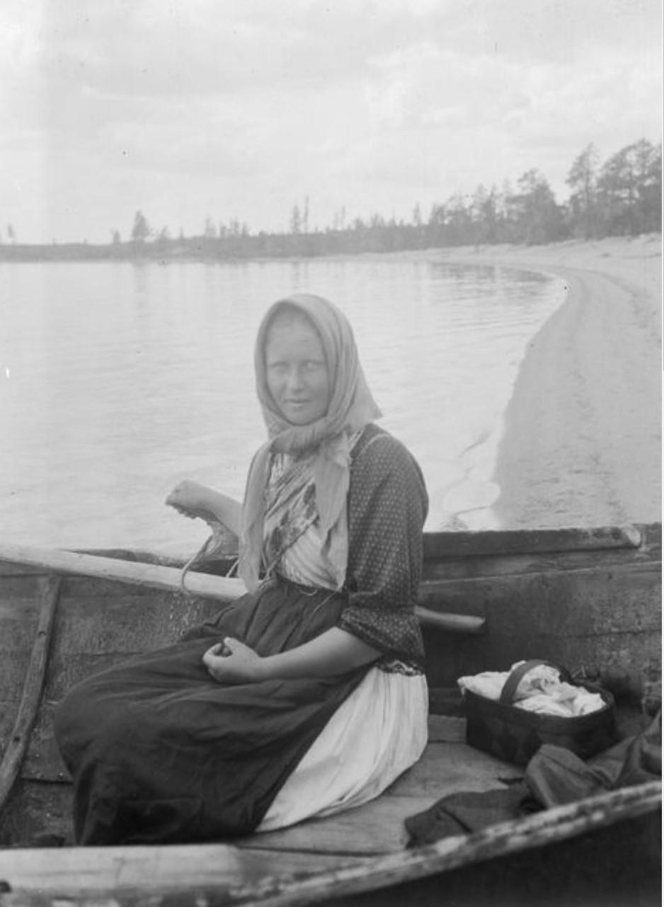 Вокнаволок. Женщина в лодке